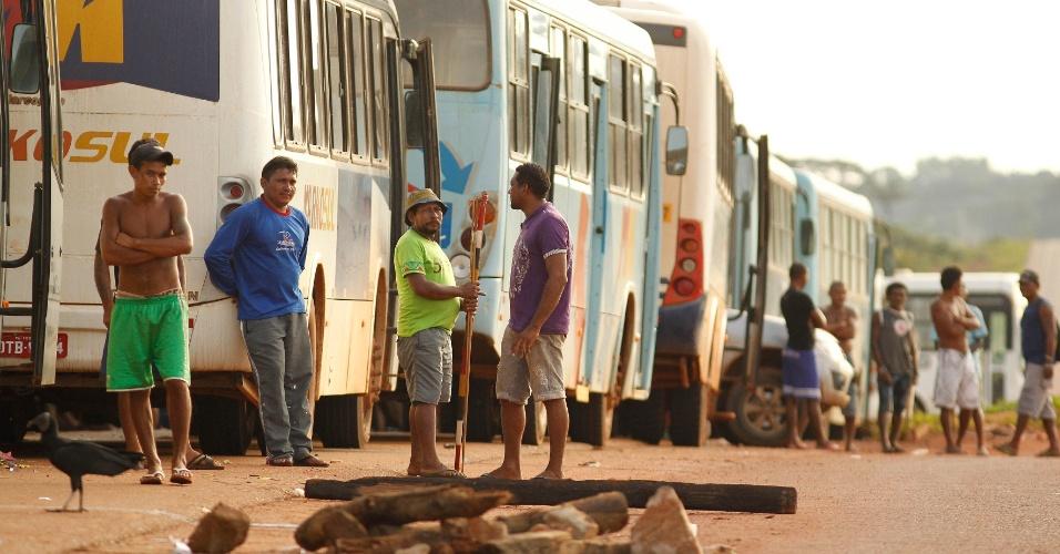 21.fev.2016 - Indígenas das etnias Xipaia, Arara e Jurana da região conhecida como Volta Grande do Xingu, no Pará,  continuam impedindo a passagem de veículos da  Norte Energia, empresa que ganhou o leilão de Belo Monte, no quilômetro 27, da rodovia BR-230, a Transamazônica