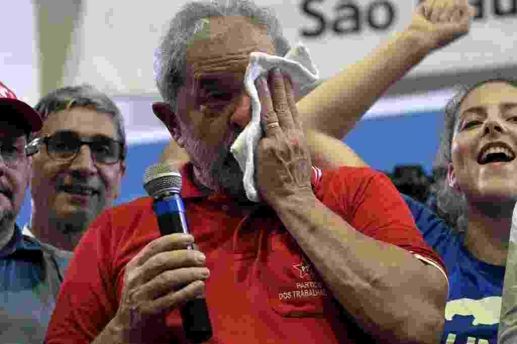 """4.mar.2016 - O ex-presidente Luiz Inácio Lula da Silva (PT) fez discurso inflamado e emocionado para militantes no Sindicato dos Bancários, em São Paulo (SP). Em sua fala, Lula disse que virou o """"o melhor presidente que este país já teve"""" e se defendeu das acusações. O petista é investigado na 24ª fase da Operação Lava Jato - Nelson Almeida/AFP"""