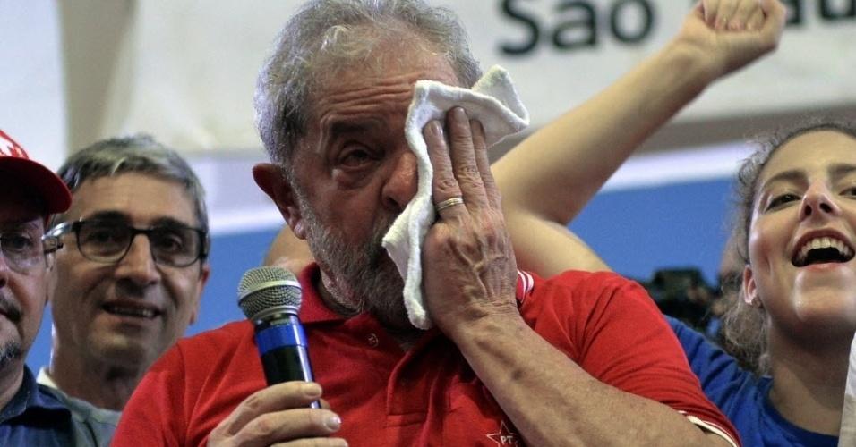 """4.mar.2016 - O ex-presidente Luiz Inácio Lula da Silva (PT) fez discurso inflamado e emocionado para militantes no Sindicato dos Bancários, em São Paulo (SP). Em sua fala, Lula disse que virou o """"o melhor presidente que este país já teve"""" e se defendeu das acusações. O petista é investigado na 24ª fase da Operação Lava Jato"""
