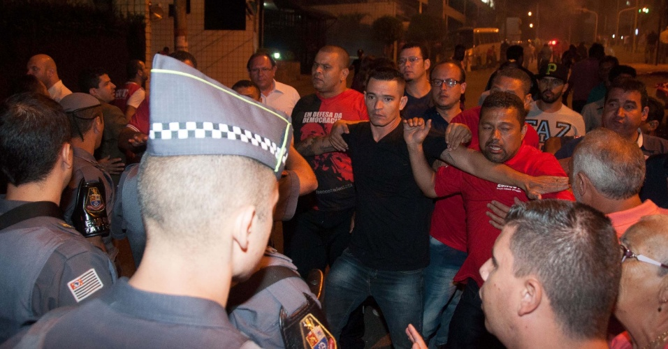 16.mar.2016 - Polícia tenta conter confusão entre críticos ao ex-presidente Luiz Inácio Lula da Silva (PT) e apoiadores do governo em frente ao apartamento de Lula na Grande São Paulo