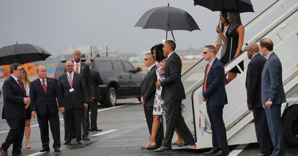 20.mar.2016 - Presidente dos EUA, Barack Obama, desembarca no aeroporto internacional de Havana com a primeira-dama Michelle Obama sob chuva. Esta é na primeira viagem de um presidente americano a Cuba em 88 anos