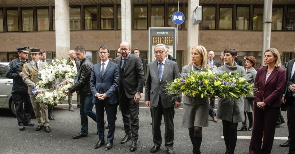 23.mar.2016 - Autoridades europeias levam flores para a entrada da estação de metrô Maalbeek, em Bruxelas, um dos alvos dos atentados terroristas