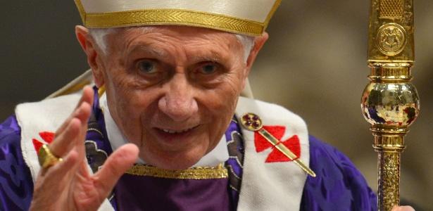 13.fev.2013 - Bento 16 acena após missa no Vaticano