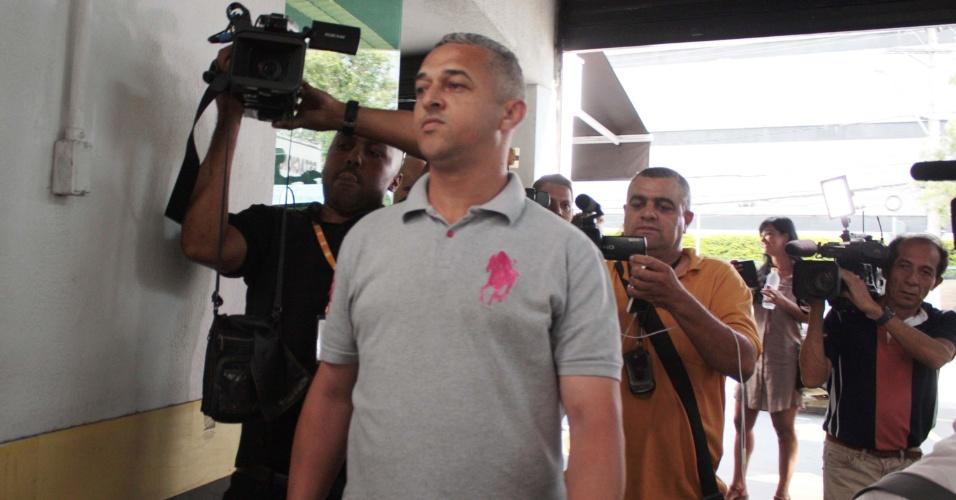 """12.abr.2016 - Marcos Paulo Ramalho, ligado a OAS, deixa a Polícia Federal em São Paulo (SP), após ser ouvido. A ação faz parte da 28ª fase da Operação Lava-Jato, batizada """"Vitória de Pirro"""""""