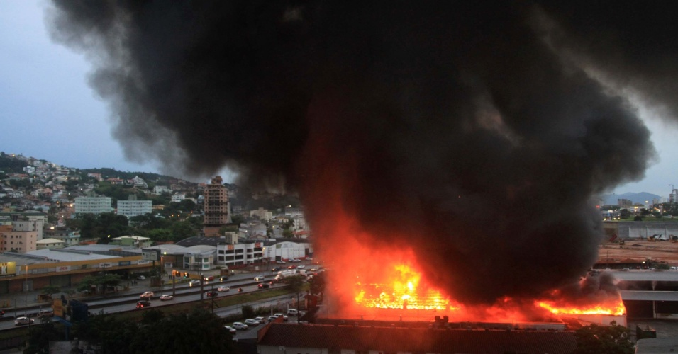 14.abr.2016 - Um incêndio de grandes proporções atinge uma distribuidora de medicamentos próximo a BR 101, no bairro do Kobrasol, em São José, na Grande Florianópolis (SC)