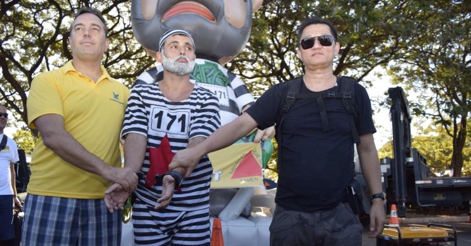 16.abr.2016 - Manifestantes sugerem a prisão do ex-presidente Lula, em acampamento pelo impeachment da presidente Dilma Rousseff, em Brasília
