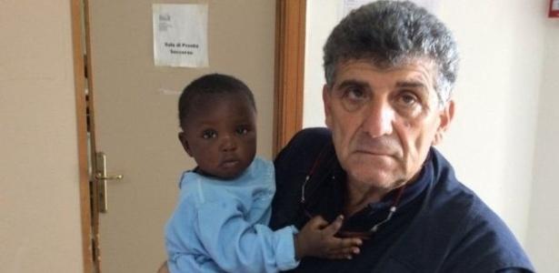 Favour e o médico italiano Pietro Bartolo, que atendeu a bebê após seu resgate