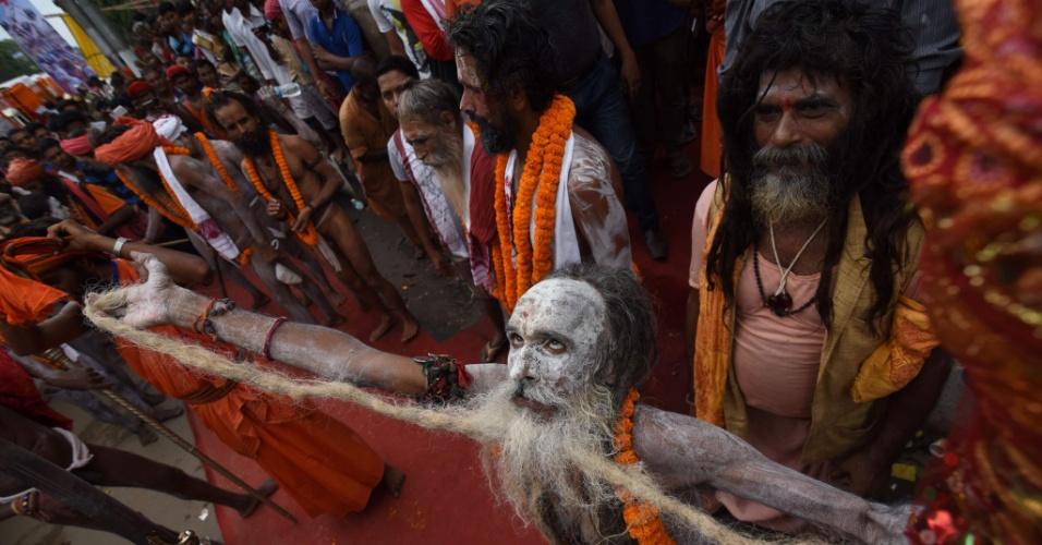 21.jun.2016 - Sacerdote hindu dança durante procissão religiosa nas vésperas do festival anual de Ambubachi, no templo de Kamakhya, em Guwahati, na Índia. Milhares de devotos espalhados por todo o país celebram o período menstrual da Mãe Terra. O festival acontece de 22 a 26 de junho
