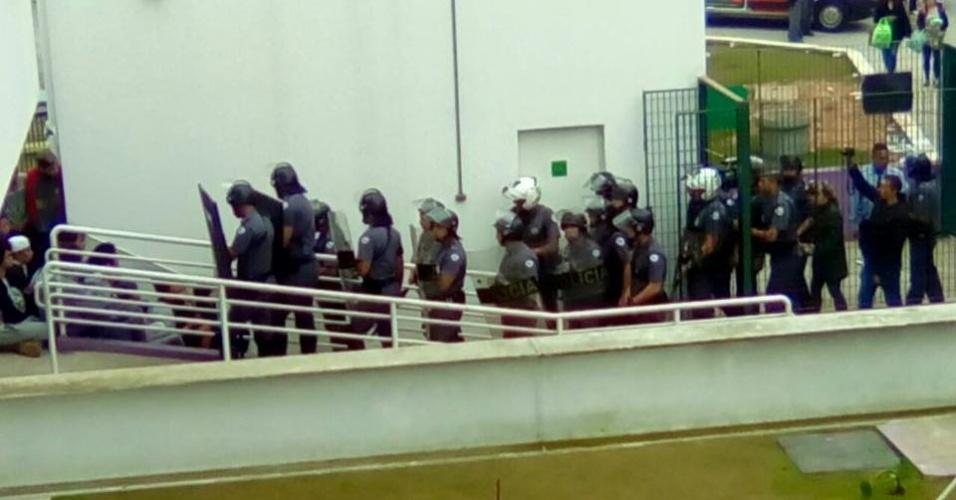 Policiais militares entram em Fábrica de Cultura, na zona norte de São Paulo, e abordam jovens que ocuparam o local