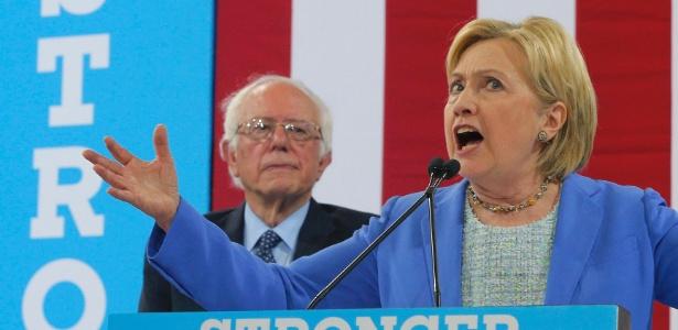 A candidata democrata à presidência dos EUA, Hillary Clinton, discursa ao lado do senador Bernie Sanders, em Portsmouth