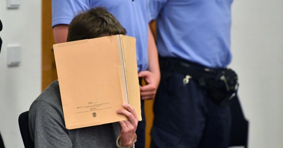 12.jul.2016 - O alemão identificado apenas como Silvio S. esconde o rosto em audiência de seu julgamento na cidade de Potsdam, na Alemanha. Ele é acusado de sequestrar, abusar sexualmente e matar dois garotos, um bósnio de quatro anos que estava num campo de refugiados, e outro alemão de seis anos