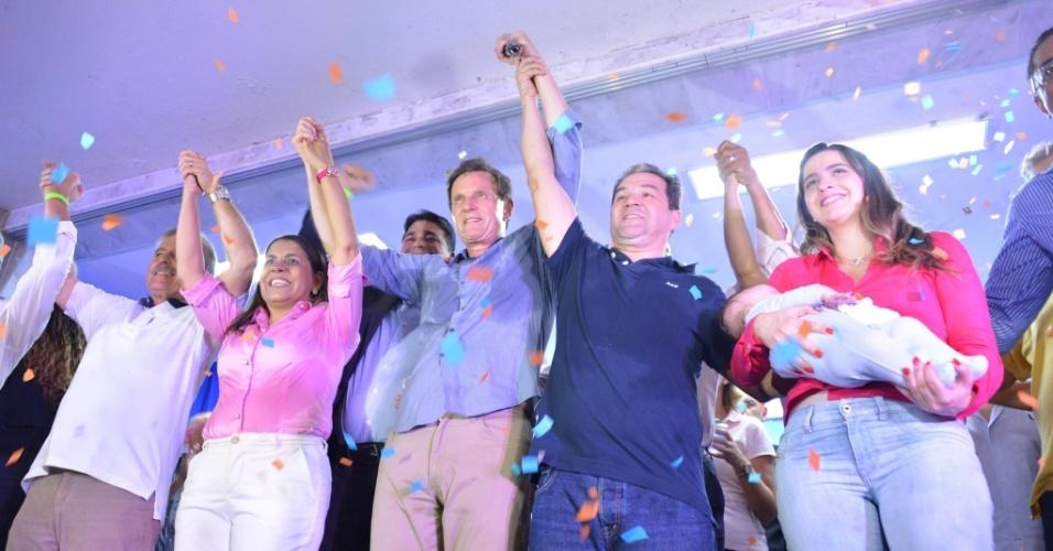 """5.ago.2016 - O PRB (Partido Republicano Brasileiro) oficializou em uma convenção, no Olaria Atlético Clube, na zona norte do Rio, a candidatura do senador Marcelo Crivella à prefeitura. Os representantes do PR (Partido da República) e do PTN (Partido Trabalhista Nacional) compareceram ao evento para firmar a coligação """"Por um Rio Mais Humano"""""""