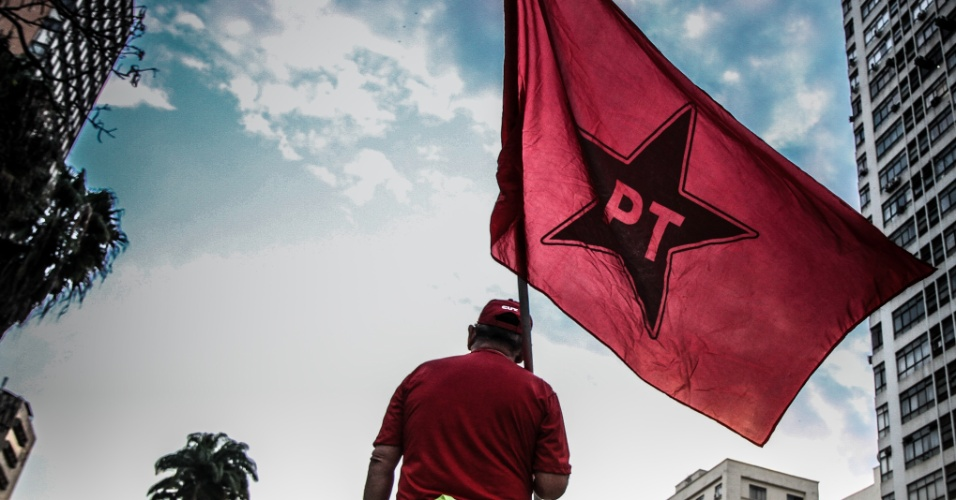 9.ago.2016 - Manifestantes se reúnem no largo do Rosário, em Campinas, no interior de São Paulo, para protestar contra o presidente em exercício Michel Temer (PMDB), em defesa dos direitos humanos e da democracia