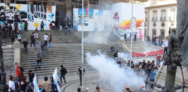 """Servidores que protestavam contra o chamado """"pacote de maldades"""" do Governo do Estado são dispersados com bombas de gás lacrimogêneo"""