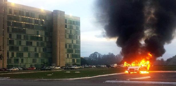 29.nov.2016 - Manifestantes atearam fogo em carro na Esplanada dos Ministérios, em Brasília