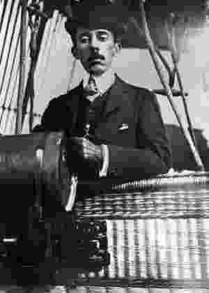 Alberto Santos Dumont a bordo de um dirigível - AFP
