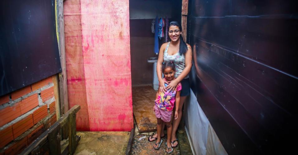 26.jan.2017 - Jéssica Regina Maciel, 21, e a filha, Alessandra, 6, na entrada do seu barraco, na ocupação do núcleo Lamartine, no Jardim Santo André, em Santo André (ABC paulista). O local é classificado como área de risco pela Defesa Civil