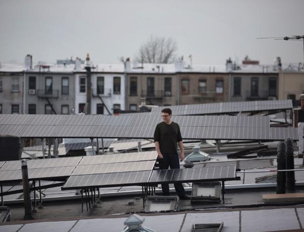 1.mar.2017 - Garry Golden em seu telhado no bairro de Windsor Terrace, no Brooklyn