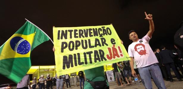 """Em Brasília, manifestantes pedem """"Intervenção popular e militar já!"""" - André Coelho/Agência O Globo"""