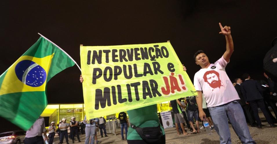 Manifestantes pedem intervenção militar em Brasília