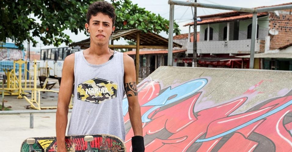 """Fabricio de Souza, 24, enfrenta uma jornada diária de 25 km para ir trabalhar na cidade vizinha. """"Não há empregos em Mata de São João"""", diz"""
