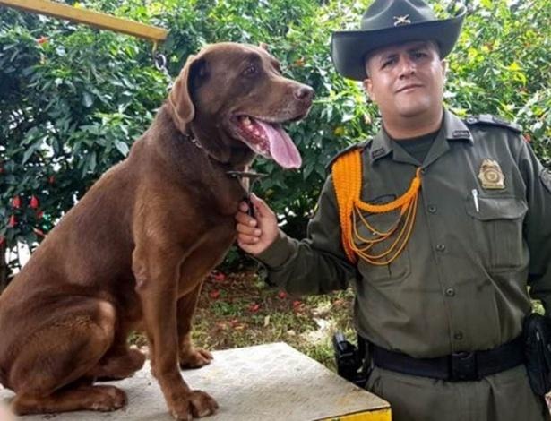 O policial William Marin com Choko. 'Ele é um membro da família', diz o agente