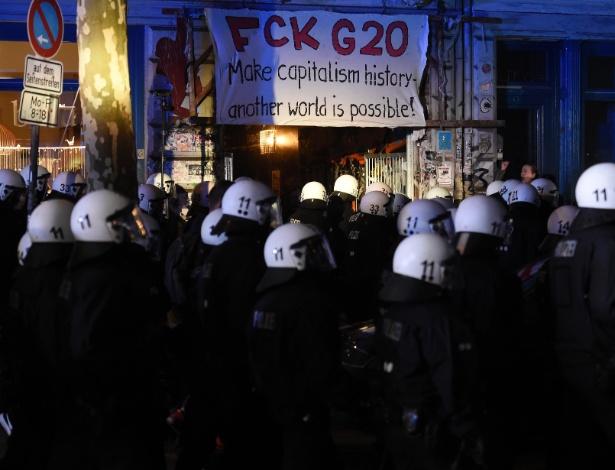 Polícia de choque alemã age em protesto de manifestantes contra a cúpula do G20