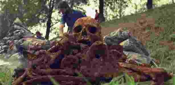 27.set.2017 - Uma das mais de mil ossadas achadas numa vala comum clandestina no cemitério Dom Bosco, em Perus (04.set.1990) - L.C Leite/Folhapress