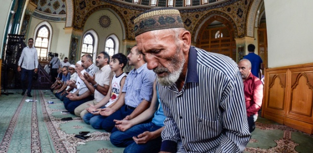"""1.set.2017 - Azerbaijanos rezam em mesquita em Baku, capital do país; """"Allahu akbar"""" (""""Deus é grande"""") é uma expressão muito ouvida nos países árabes"""