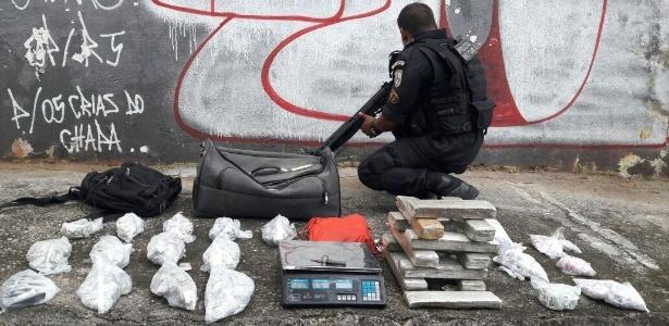 29.nov.2017 - Policiais militares aprenderam nesta quarta 12 kg de maconha no Chapadão - Reprodução/Polícia Militar
