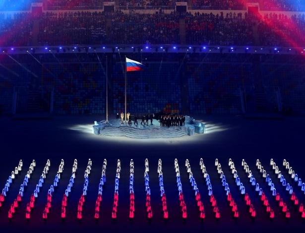 Pessoas formam a bandeira russa na cerimônia de abertura dos jogos olímpicos de inverno em Sochi, na Rússia