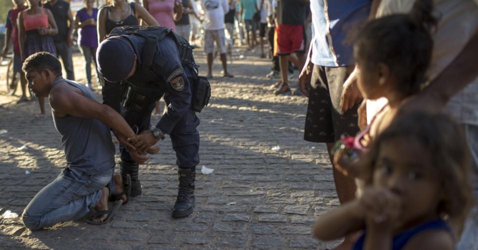 25.fev.2018 - Homem é detido dentro de um campo improvisado de refugiados na praça Simon Bolivar acusado de tentar molestar uma criança em Boa Vista, Roraima