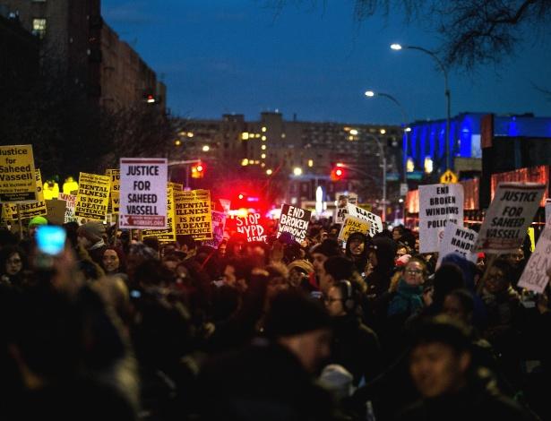 Manifestantes protestam após a morte de Saheed Vassell, no Brooklyn, em Nova York