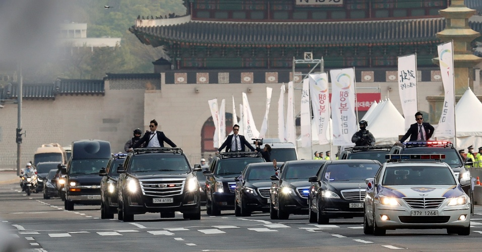 26.abril.2018 - Escolta leva o presidente sul-coreano, Moon Jae-in, para cúpula com Coreia do Norte