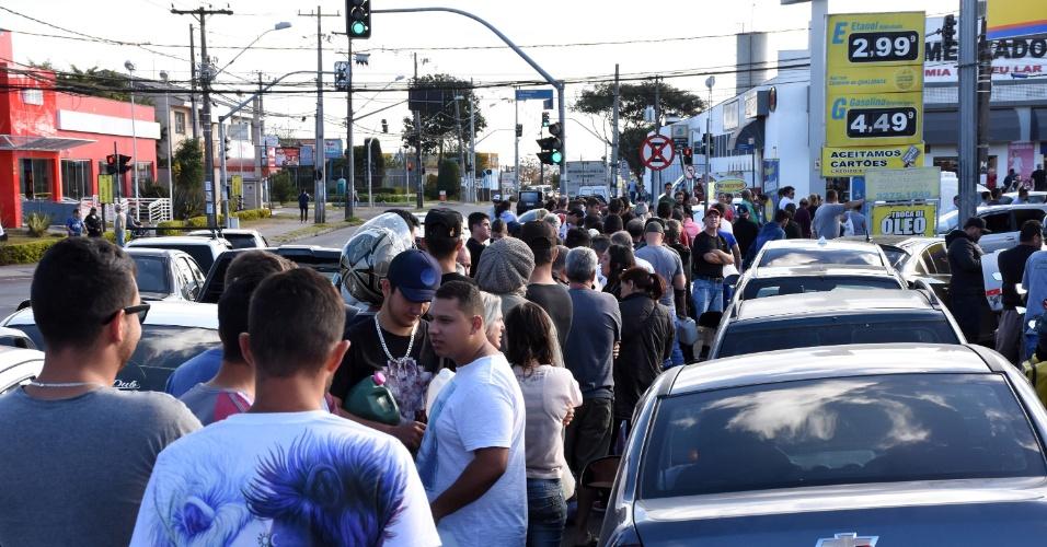 Motoristas enfrentam fila para abastecer em postos de combustíveis na avenida Francisco Derosso, no bairro Xaxim, em Curitiba, nesta segunda-feira (28). Alguns motoristas levaram galão de gasolina para abastecer e ter uma reserva