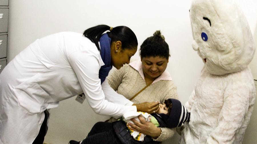 4.ago.2018 - Criança recebe dose de vacina na AMA/UBS Dr. Geraldo da Silva Ferreira, em São Paulo. Teve início neste sábado em SP a campanha de vacinação contra sarampo e poliomelite - ALOISIO MAURICIO/FOTOARENA/FOTOARENA/ESTADÃO CONTEÚDO