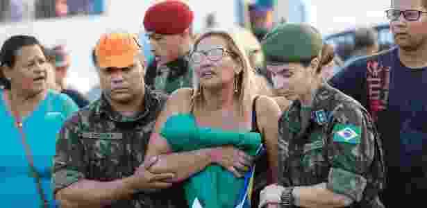 Familiar do soldado João Viktor da Silva é amparada por militares em seu funeral - Fernando Frazão / Agência Brasil