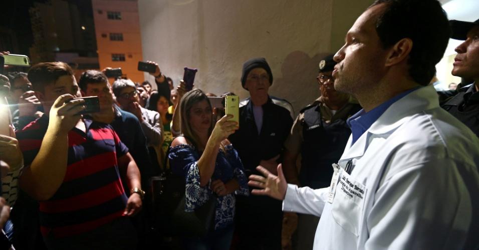 6.set.2018 - O médico Luiz Henrique Borsato durante entrevista coletiva da comissão médica da Santa Casa de Misericórdia de Juiz de Fora (MG) sobre o estado de saúde do candidato do PSL à Presidência, Jair Bolsonaro
