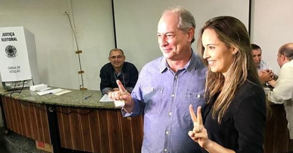 """28.out.2018 - Ciro Gomes (PDT) vota no Ceará ao lado da mulher, Giselle Bezerra. """"Democracia, sim"""", disse o candidato derrotado no Instagram"""