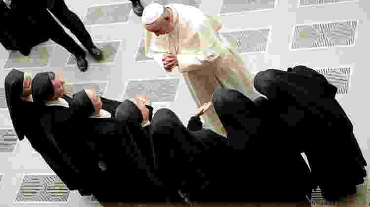 20.dez.2017 - Papa Francisco cumprimenta grupo de freiras durante audiência no Vaticano, em dezembro de 2017 - Max Rossi/Reuters - Max Rossi/Reuters