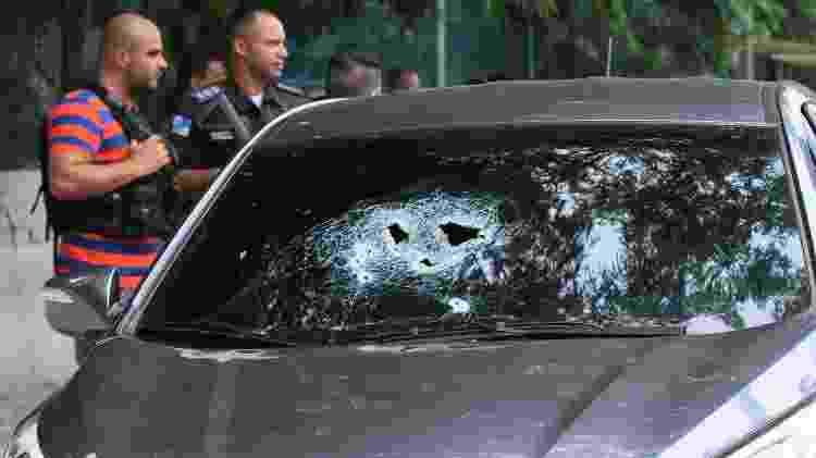 6.fev.2019 - Carro é atingido durante tiroteio na avenida Brasil - JOSE LUCENA/FUTURA PRESS/FUTURA PRESS/ESTADÃO CONTEÚDO