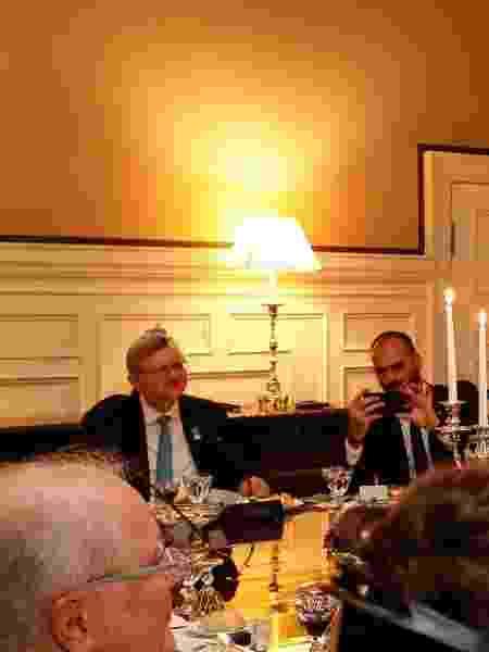 Nestor Forster, de gravata azul, ao lado de Eduardo Bolsonaro, em jantar com o presidente Bolsonaro e Olavo de Carvalho - Alan Santos/PR