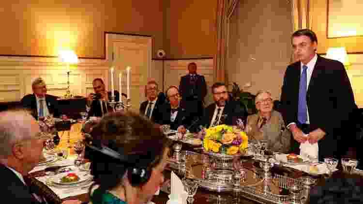 17.mar.2019 -  Palavras do Presidente da República Jair Bolsonaro (PSL) em jantar; à esquerda, Nestor Forster Jr (de gravata azul, ao lado de Eduardo Bolsonaro) - Alan Santos/PR - Alan Santos/PR