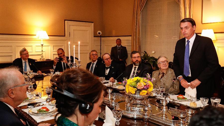 17.mar.2019 - Jair Bolsonaro (PSL) em jantar em Washington; à esquerda, na cabeceira da mesa, Nestor Forster Jr. (de gravata azul, ao lado de Eduardo Bolsonaro) - Alan Santos/PR
