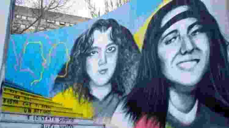 Emanuela Orlandi (direita) desapareceu 40 dias depois de outra menina de 15 anos, Mirella Gregori, em Roma; ambas são retratadas neste mural - Getty Images
