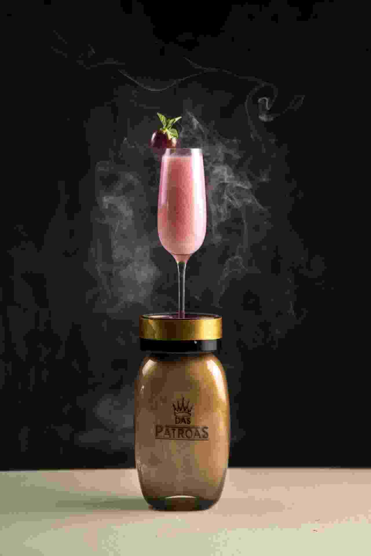 """""""Cuida bem dela"""" é o nome do drinque servido em um frasco de esmalte, no Bar das Patroas - Divulgação"""