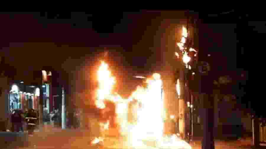 Um curto-circuito no motor teria provocado o incêndio no coletivo que fazia a linha 476G/41 Vila Industrial-Metrô Ana Rosa - Reprodução/TV Globo