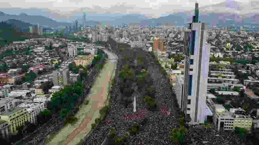 Chilenos vão às ruas em manifestação contra o governo Piñera - MARTIN BERNETTI/AFP