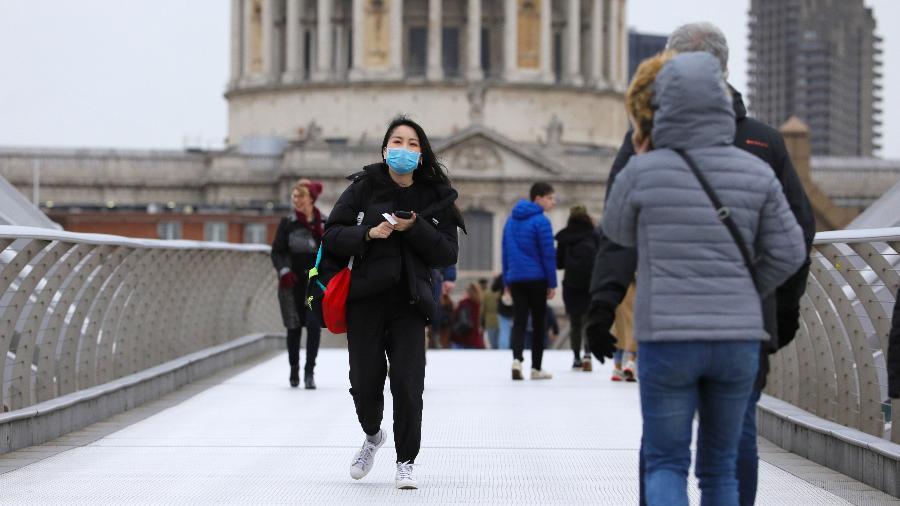 9.mar.2020 - Pessoas utilizam máscaras de proteção contra o coronavírus em ponto turístico de Londres, a Millennium Bridge - Tim Ireland/Xinhua