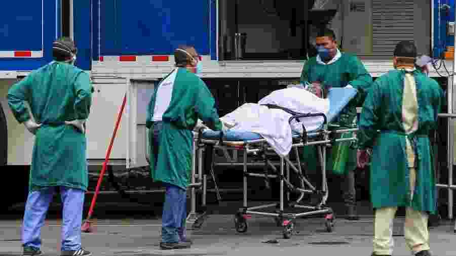 Pacientes que foram diagnosticados com o novo coronavírus e estão internados no Hospital Estadual Anchieta, no bairro do Caju, na zona portuária do Rio de Janeiro, realizam exame de tomografia na unidade móvel que foi instalada no pátio do hospital - WILTON JUNIOR/ESTADÃO CONTEÚDO